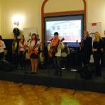 A ráti Szent Mihály Gyermekotthon zenedéjének tagjai, valamint a Credo együttes ()