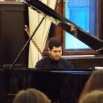 Thiago Bertoldi zongorázik ()