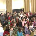 A népes gyermekközönség ()