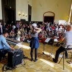 A felvidéki Kicsi Hang együttes koncertje és a közönség ()