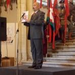 Dr. Isaszegi János nyugállományú vezérőrnagy bemutatja a kiállított grafikákból összeállított albumot ()